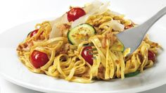 Be tempted by this easy Linguine with chicken and rosso pesto recipe Cooking Fresh Pasta, Parmesan Squash, Pesto Recipe, Pesto Chicken, Italian Recipes, Zucchini, Nom Nom, Fries, Spaghetti
