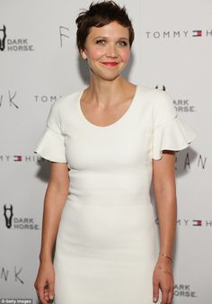 Maggie Gyllenhaal dons a white frock as she attends Frank premiere Short Hair Styles For Round Faces, Hairstyles For Round Faces, Short Hairstyles For Women, Medium Hair Styles, Maggie Gyllenhaal, Her Cut, Cut Her Hair, Emma Watson Pixie, Peter Sarsgaard