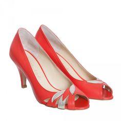 Volucelle est un escarpin peep-toes. Son cuir bicolore et sa découpe en forme de pétales garantissent une silhouette féminine et chic. - Hauteur du talon : 7 cm - Fabriqué au Portugal - 100% cuir de chèvre
