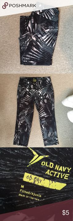 EUC OLD NAVY CROPPED ACTIVE LEGGING EUC OLD NAVY CROPPED ACTIVE LEGGING  Palm tree print in black white and gray Excellent used condition  Size medium Cropped length Old Navy Pants Track Pants & Joggers