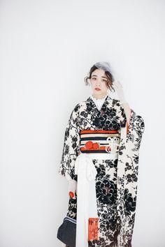 成人式写真はノーブレムのオリジナルの振袖で残そう!自然な成人式写真はノーブレムのオリジナルのコーディネートで!もっとオシャレに残しましょう! Traditional Kimono, Traditional Dresses, Black Kimono, Kimono Top, Modern Kimono, Summer Kimono, Japanese Outfits, Black White Red, Yukata