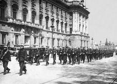 Madrid, 14/04/1931. Proclamación de la Segunda República. El Regimiento de Covadonga por la calle de Bailén para hacerse cargo de la guardia de Palacio