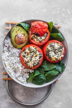 Vegan stuffed tomatoes with creamed spinach! This healthy appetizer or dinner is served with rice and a garlicky spinach filling. Gluten-free and oil-free. Vegan Vegetarian, Vegetarian Recipes, Healthy Recipes, Vegan Meals, Healthy Dinners, Vegan Food, Vegan Potato Curry, Vegan Noodle Soup, Vegan Ravioli
