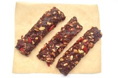 """Une recette """"vide-placard"""" de Raw Brownie Bars honteusement simple et follement bonne ! Crue, paleo, vegan et sans gluten :)"""