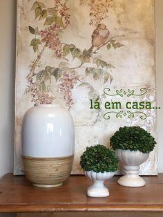 Na sala de estar, incrementar o cantinho do aparador é fácil: na frente do quadro delicado, objetos com cores neutras realçam o look, sem tirar o foco da tela. Vaso com detalhe em palha natural e folhagens verdes complementam o decor. #lilianazenaro#lilianazenarodecoração #laemcasa #decor #decoração #decoradoramoema   #reforma #reformaresidencial #aparador #projetolilianazenaro#interiores #altopadrao #exclusivo