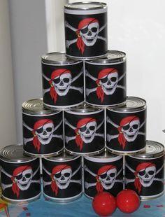 Piraten-blikgooien. Nodig: zwart papier, Afb. piraat. Blikken, Balletjes. Werkwijze: Print de afbeeldingen van de piraat, Knip zwart papier op maat en vouw deze om de blikken. Plak hier de afb. v.d. piraat op. Stapel de blikken op en laat de kinderen de blikken omgooien. ze krijgen 3 beurten. Wanneer alle blikken zijn omgegooid in deze 3 beurten, krijgt diegene een prijsje.