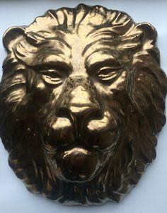 Leeuwenkop van klei met glazuur (brons 107, kge 200)