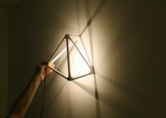 Испанский дизайнер Бенджамин Миглиоре (Benjamin Migliore) спроектировал настольно-настенную лампу в виде молекулы.Освещение : «Д.Журнал» — журнал о дизайне и архитектуре
