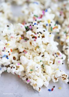 Cake Batter Popcorn - Deliciously sweet popcorn covered in a mixture of white chocolate, funfetti cake mix and sprinkles. The easiest and yummiest treat you will ever make in just 5 minutes! My Little Pony Party, My Little Pony Food, Anniversaire My Little Pony, Cake Batter Popcorn, 4th Birthday, Birthday Parties, Birthday Ideas, Garden Birthday, Rainbow Desserts