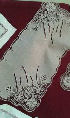 haft richelieu - Szukaj w Goog Cutwork Embroidery, Embroidery Stitches, Embroidery Patterns, Cross Stitch Patterns, Filet Crochet, Crochet Motif, Crochet Lace, Broderie Bargello, Romanian Lace