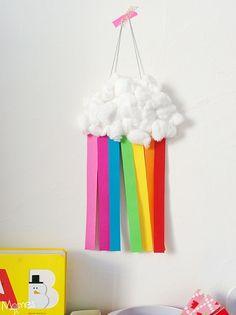 Mignon et magique : un nuage arc-en-ciel avec une assiette en carton et du coton !