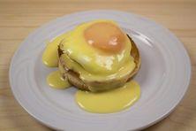 Zdravá snídaně, která rozhodně zasytí, a ještě vypadá hodně dobře. Vejce Benedikt si lidé obvykle dávají v restauraci, ale není to nic složitého. Tento recept hravě zvládnete i doma. Frittata, Eggs, Cheese, Breakfast, Food, Morning Coffee, Essen, Egg, Meals
