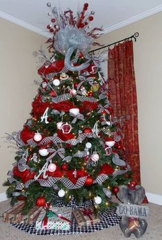 I WANT MY CHRISTMAS TREE TO BE A BAMA FOOTBALL THEME ONE OF THESE YEARS!! ROLL TIDE!!