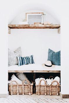 cozy reading nook with vintage pillows and woven baskets Coastal Bedrooms, Coastal Living Rooms, Coastal Entryway, Coastal Decor, Home Interior, Interior Design, Beach Hut Interior, Simple Bedroom Decor, Ideas Hogar
