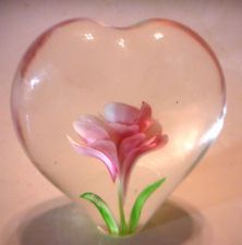 LARGE BLOWN ART GLASS PAPERWEIGHT. BEAUTIFUL HEART SHAPE WITH PINK ROSE INSIDE