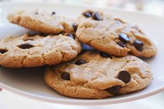 Deliciosa receta de galletas con chispas de chocolate que combinan perfectamente con una bebida caliente. Disfruta de estas ricas galletas con la familia o con los pequeños de la casa.