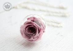 Necklace with real Rosebud de JanoschDesigns  sur DaWanda.com