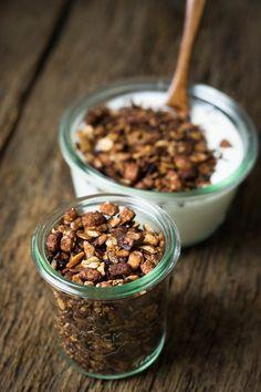 Knuspermüsli ganz einfach selber herstellen. Mit etwas Kokosfett und Ahornsirup in der Pfanne braten - fertig!