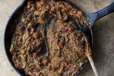 So viele Zutaten, so viele Möglichkeiten: Starkoch  Yotam Ottolenghi  variiert die marokkanische Auberginenspeise Zaalouk mit Schnittlauch. Das Ergebnis? Ungewöhnlich.