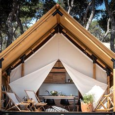 Enjoy nature in luxury style.🌾 Try a completely different camping experience in Arena One 99 Glamping! Luxury Glamping, Luxury Tents, Camping Glamping, Backpacking Tent, Camping Tips, Tent Living, Outdoor Living, Tenda Camping, Architecture Design