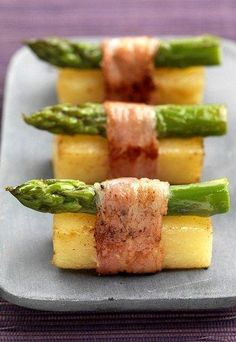 Flying buffet in the asparagus season: asparagus canapes wrapped with bacon - creative appetizers like an aperitif like from the party service - savor the delicious vegetables. Cheap Appetizers, Appetizers For Party, Appetizer Recipes, Sushi Recipes, Chef Recipes, Snack Recipes, Party Recipes, Asparagus Recipe, Gastronomia