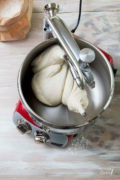 Dit recept voor brooddeeg is een basisrecept; het is heel handig, maar zeker niet heilig! Als je wilt kun je met de ingrediënten variëren.