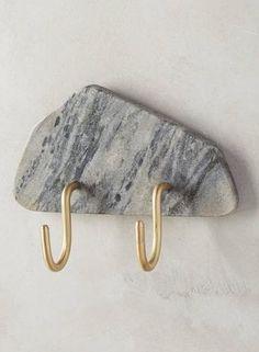 Aufhänger mit grauer Marmorplatte von Anthropologie, ca. 32 Euro.