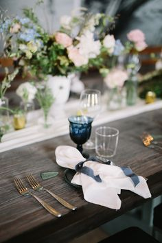 navy blue goblets with navy blue tono & co ribbon / wedding napkin styling Round Table Settings, Wedding Table Settings, Wedding Tables, Wedding Reception, Inexpensive Wedding Favors, Wedding Party Favors, Wedding Ideas, Wedding Trends, Wedding Decor