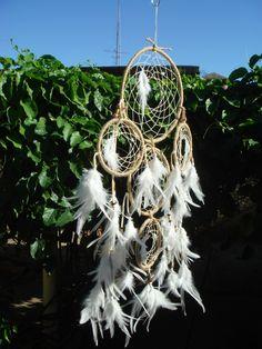 """""""White Feeling"""" - Waonsida Ska Filtro dos Sonhos ou Dream Catcher DIMENSÕES: 1 aro com 18 cm de diâmetro + 1 aro com 12 cm de diâmetro + 3 aros com 9 cm de diâmetro Comprimento aproximado: 55 cm Trabalho manual inspirado na tradição indígena norte-americana que, segundo a lenda descrita a..."""