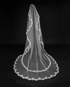 Velo con blonda rebrodé y detalles de pedrería al final de los encajes. Pearl Necklace, Pearls, Jewelry, Fashion, Doilies, Lace, Order Form, Veils, Brides