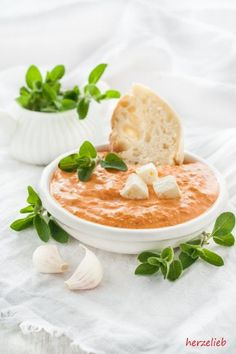 Ein Paprika-Feta-Dip ist genau das richtige zum Fleisch oder zu einem frischen Brot!