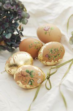 Eggs with rub-ons and metal leaf www.pandurohobby.com  #Panduro #easter #DIY #egg #gold