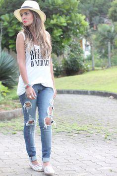 look chapeu panama feminino - regata branca e calça jeans rasgada4