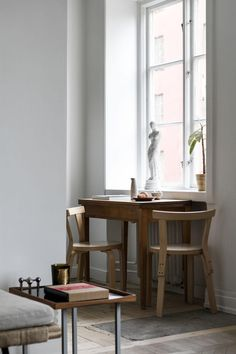 This vintage industrial home will bring a renewed breath of fresh air into your home interior decor! Home Living, Living Room Kitchen, Living Room Interior, Kitchen Interior, Scandinavian Kitchen, Scandinavian Interior, Marimekko, Country Look, Small Kitchen Tables