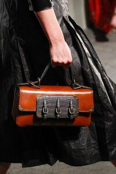 sac à main femme en orange et en noir avec trois éléments motifs ceintures