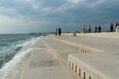 A Zadar au bord de la mer Adriatique en Croatie, l'architecte Nikola Bašić a créé une jetée de 70m dans laquelle il a intégré 35 tubes de différents diamètres au ras de l'eau. Quand les vagues remplissent les tubes d'eau, l'air qui s'y trouvait est déplacé et produit des notes à la manière d'un orgue …