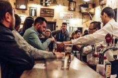 Autant le dire, il y a de quoi faire en bars et restaurants à Cracovie. Voici une petite sélection de nos lieux préférés pour faire la fête toute la nuit à Cracovie, entre vodka, propagande communiste et gastronomie polonaise. Amusez-vous bien !