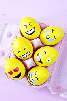 DIY Emoji Ostereier selber machen – 3 kreative und ausgefallene DIY Deko Ideen für Ostern! Party Emoji, Easter Emoji, Making Easter Eggs, Snowball, Happy Easter, Zentangle, Diys, Perfume, Diy Crafts