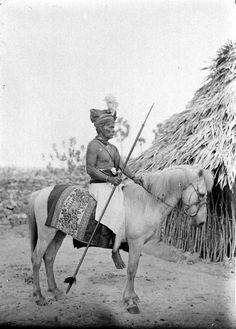 COLLECTIE TROPENMUSEUM Radja Ama Piga Djara van timoe te paard Sawoe.