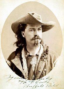"""Buffalo Bill c. 1875. William Frederick Cody dit Buffalo Bill (1846-1917) est une figure mythique de la Conquête de l'Ouest. Vie aventureuse débutée à 14 ans. Guerres indiennes en tant qu'éclaireur. Développement du Pony Express. Spectacle très populaire: le Buffalo Bill's Wild West présenté dans toute l'Amérique du Nord et en Europe ave présence de vrais Indiens. Construisit en 1904 le Lodge """"Pahaska Tepee"""" au Parc Yellowstone. Célèbre cheval blanc nommé Isham. Medal of Honor."""