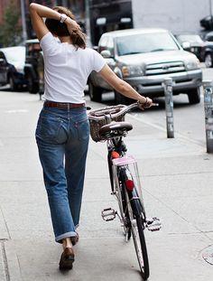 Jean taille haute + tee-shirt blanc + large ceinture en cuir marron = le bon mix