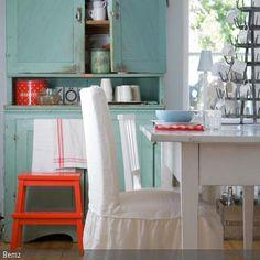 Shabby Chic lässt sich einfach selbermachen: Den alten Küchenschrank vom Flohmarkt in der gewünschten Farbe streichen und anschließend mit Schmirgelpapier  …