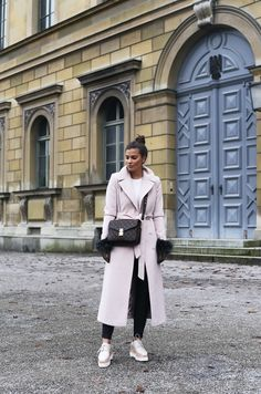 Outfit: White knit sweater+black leather pants+natural coloured plattform laced shoes+Louis Vuitton Pochette Métis bag+ blush wool long coat+globes. Fall Everyday Outfit 2016