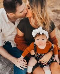 Family Photos Baby, Family Photo Shoots, Family Photo Shoot Ideas, Autumn Family Photos, Outdoor Family Pictures, Fall Family Picture Outfits, Cute Family Pictures, Outdoor Family Portraits, Fall Family Portraits