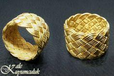 Kazaziye bilezik. Kazaziye, ipek veya naylon ip üzerine burularak 0.08 mikron inceliğinde sarılan 24 ayar altın ve 1000 ayar gümüş tel ile yapılan bir el sanatıdır.
