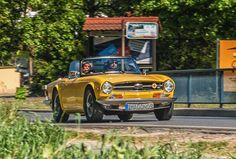 https://flic.kr/p/T7wPW1 | TRIUMPH TR6 1968 - 1976 | On A Sunny Sunday Morning  Der Triumph TR6 wurde 1968 vorgestellt. Das Chassis basierte im Wesentlichen immer noch auf dem des TR4. Das Design des TR6 entwickelte der in Osnabrück ansässige Karosseriebauer Karmann, nachdem die vorhergehenden TR-Modelle von dem Italiener Giovanni Michelotti entworfen worden waren, der nicht mehr zur Verfügung stand. Die Linienführung der Karosserie des TR6 wurde glatter als die des TR5. Bis zu seiner…