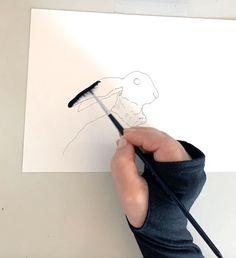 Du kannst dir die Vorlage auf meinem Blog downloaden oder die Umrisse der Osterhäsin locker aus dem Handgelenk  auf das Cover der Klappkarte zeichnen.  Dann die Bleistiftlinien (HB) mit einem wasserfesten Tuschestift  nachziehen. Wenn die Tusche-Outlines trocken sind, beginnst du das erste Ohr mit Wasser zu benetzen. Dann nimmst du mit dem Haarpinsel etwas Indigo auf und lässt es behutsam in die feuchte Fläche fließen. Das Bild malt sich quasi wie von selbst. Creative, Indigo, Canvas Art, Club, Cover, Illustration, Ink Drawings, Submission, Pencil