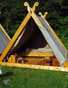 Viking tent by Viking market in Stavern. Some of them had very luxurious looking tents complete with wooden beds covered in furs. Viking Tent, Viking Camp, Bushcraft, Viking House, Viking Life, Camping Survival, Go Camping, Camping Kitchen, Camping Cooking