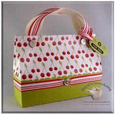 Box Purse Tutorial by Carolina Buchting. 3d Paper Crafts, Diy Paper, Petite Purses, Boxes And Bows, Paper Purse, Purse Tutorial, Craft Bags, Craft Tutorials, Bag Tutorials