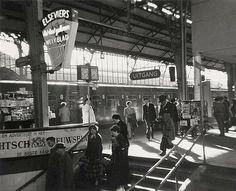 Centraal Station 1965 | Reizigers op het 1e perron. Let eens op hoe relaxt iedereen er toen nog bij liep....